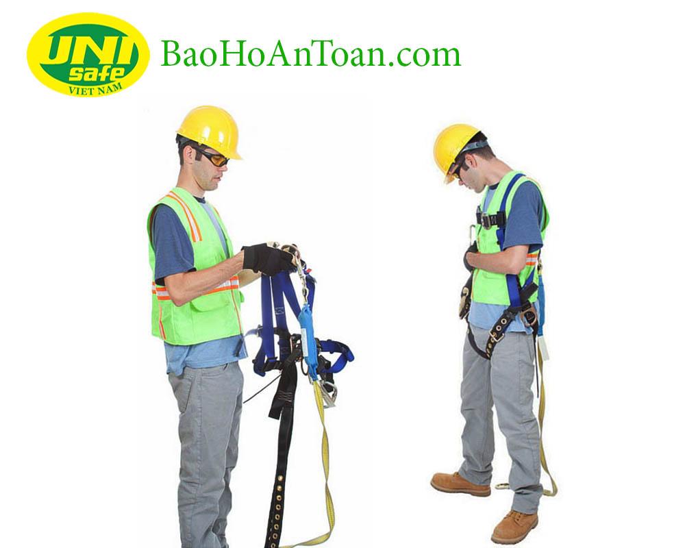 kiểm tra dây an toàn trước khi làm việc